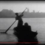 """""""Ludzie Wisły"""", kadr z filmu, widok na toruńskie Stare Miasto"""