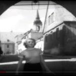 """""""Ludzie Wisły"""", kadr z filmu, Ina Benita, Brama Klasztorna, Toruń"""